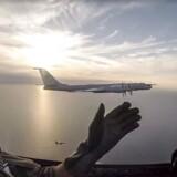 Danske F16-fly går oftere på vingerne for at afvise russiske militærfly, der flyver tæt på dansk luftrum. I 2017 gjaldt det en russisk langdistancebombemaskine, der fløj nær dansk luftrum i Østersøen. De kom så tæt på hinanden, at piloterne i god ro og orden vinkede til hinanden.