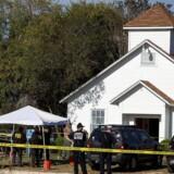 Den formodede gerningsmand åbnede søndag formiddag lokal tid ild med en automatriffel mod kirkegængere i den texanske by Sutherland Springs.