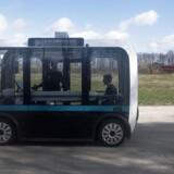 »Olli« kan selv. Den selvkørende minibus er den første af sin slags i Danmark. Den hvide boks ovenpå bussen er »hjernen«, der hele tiden scanner 300 meter frem.