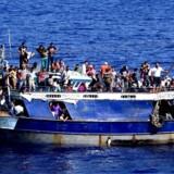 Selv om antallet af ankomne flygtninge er faldet, holder det satdig hårdt med at fordele dem i de respektive EU-lande. Foto: AFP / Marina Militare