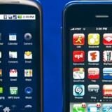 Googles Nexus One (til venstre) og Apples iPhone (til højre) konkurrerer intenst. Foto: Paul J. Richards, AFP/Scanpix