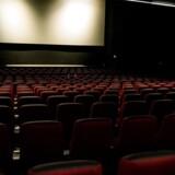 Seks mænd og 16 kvinder fortæller, at to filminstruktører bag ikoniske ungdomsfilm systematisk krænkede og misbrugte dem, da de var børn. Begge instruktører nægter sig skyldige i anklagerne.