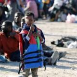 Migranter holdes ofte tilbage i fangelejre af libyske militser - som her på arkivfotoet fra havnebyen Sabratha. REUTERS/Hani Amara