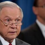 Den amerikanske justitsminister, Jeff Sessions, går ud med hård kritik af de talrige læk, der det seneste halve år er kommet fra de amerikanske efterretningstjenester. EPA/TASOS KATOPODIS