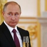 Ruslands præsident, Vladimir Putin, har lidt at skåle på i øjeblikket. Senest er præsidentvalg i både Bulgarien og Moldova blevet vundet af kandidater, der gerne vil forbedre landenes forhold til Rusland og Putin. Her ses Putin ved en reception for de ambassadørerne i Moskva den 9. november. / AFP PHOTO / POOL / SERGEI KARPUKHIN