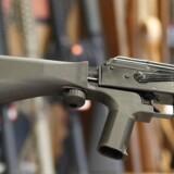 Med en teknisk anordning er det muligt at modifiere hastigheden af skud fra et halvautomtisk våben, så det skyder hurtigere. Her monteret på en AK-47. Anordningerne som denne kan være på vej til at blive forbudt i USA, efter at de angiveligt blev brugt ved skudmassakren i Las Vegas i oktober.