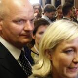 EU's svindelkontor mistænker blandt andet Marine Le Pen for at have brugt penge fra EU-Parlamentet til at betale sin livvagt Thierry Legier (t.v.). (Arkivfoto) Reuters/Charles Platiau