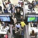 Der er udsigt til lidt mindre travlhed i elektronikbutikkerne i år, selv om enkelte produkter som den sydkoreanske mobilgigant Samsungs nye toptelefoner, Galaxy S8 og S8 Plus, stadig formår at trække tegnebogen op af folks lommer. Arkivfoto: Samsung/EPA/Scanpix