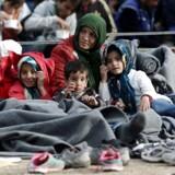 Victoria-pladsen midt i Athen er et mødested for flygtninge og migranter. De græske myndigheder forsøger at holde pladsen fri, men der kommer hele tiden nye til, som skal videre til opsamlingscentre. Foto: Panayotis Tzamaros/AFP