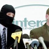 Alexander Litvinenko (th) var Mr. Clean i den russiske sikkerhedstjeneste, FSB. Op gennem 1990erne oprullede han storstilet korruption og hvidvask af penge i FSB, men da Putin i 2000 blev præsident, slog han hårdt ned på Litvinenko og hans antikorruptionskampagne - og Litvinenko måtte til sidst flygte til London. Her dræbte russiske agenter ham i 2006 med det radioaktive stof polonium-210. På billedet ses Litvinenko sammen med en FSB-agent, som kun tør udtale sig om korruptionen i sikkerhedstjenesten iført maske.