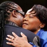Stevie Wonder omfavner en af Martin Luther King Jr.'s døtre ved begravelsen af Kings enke, Coretta Scott King, i 2006.