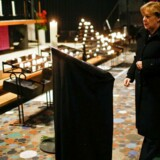 Kansler Angela Merkel skriver i en kondolencebog i kirken Gedaechniskirche i Berlin.