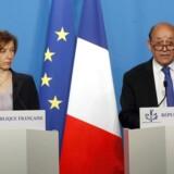 Den franske udenrigsminister, Jean-Yves Le Drian, (til højre) og den franske forsvarsminister, Florence Parly, giver en officiel udtalelse efter et haste-møde med den franske præsident Emmanuel Macron i Paris, lørdag den 14. april 2018.