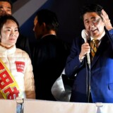 Japan's premierminister Shinzo Abe ved siden af partifællen Miki Yamada. / AFP PHOTO / Toshifumi KITAMURA