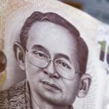 Den thailandske centralbank, Bank of Thailand, overvejer at indføre ekstra foranstaltninger for at begrænse spekulation i den lokale valuta, thai-baht. EPA/DIEGO AZUBEL