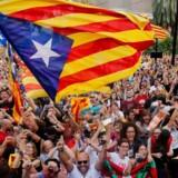 Catalonierne fester efter at deres parlament har stemt om at erklære uafhængighed fra Spanien. Nu har det Spanske parlament vedtaget at indføre direkte styre af Catalonien.