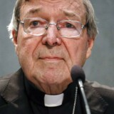 """Den 76-årige, der er en af pave Frans' nærmeste rådgivere, skal svare på spørgsmål i en sag, der ifølge politiet omhandler """"historiske sigtelser om seksuelle forbrydelser""""."""
