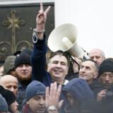 Demonstranter overmandede ukrainske politifolk og befriede den anholdte oppositionspolitiker Mikheil Saakasjvili fra bagsædet af en politibil. Myndighederne lover at anholde ham igen.