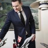 Rasmus Jarlov med sine kampflymodeller.