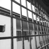 To unge mænd på 16 og 17 er blevet varetægtsfængslet efter et drabsforsøg i Rønne på Bornholm. Angrebet fandt sted på åben gade.