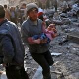 Antallet af dræbte ved et luftangreb mod en syrisk markedsplads er på mindst 53, deriblandt børn, oplyser overvågningsgruppen Det Syriske Observatorium for Menneskerettigheder. Angrebet skete i byen Atareb i en såkaldt de-eskaleringszone eller sikker zone. / AFP PHOTO / Zein Al RIFAI