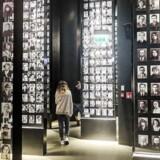 De besøgende på museet i Gdansk går bl.a. rundt mellem billeder af ofre for Holocaust.