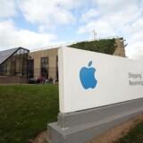 Apple har i årevis betalt så lidt i skat i Irland, at EU-Kommissionen sidste år gav iPhone-producenten et skattesmæk på 100 milliarder kroner - som Irland har nægtet at tage imod. Nu kommer pengene så endelig. Her ses Apples område i Cork i det sydlige Irland. Arkivfoto: Paul Faith, AFP/Scanpix