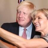 Boris Johnson tager en selfie med Australiens udenrigsminister Julie Bishop under sit besøg Down Under.