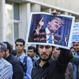 En iransk studerende holder et billede af USAs præsident Donald Trump op under en protestmarch i Tehran, som reaktion mod Trumps seneste tale om Iran. Foto: Tasnim News Agency