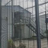 Arkivfoto: Buimo-fængslet er ikke blandt de sikreste i Papua Ny Guinea, og det lokale politiet i provinsen Lae har nu måttet advaret borgerne i byen om, at kriminaliteten kan stige som følge af de mange undslupne fanger. På billedet sikkerhedshegn foran en af Papua Ny Guineas andre kontroversielle bygninger - tilbageholdelsescentret på øen Manus, som Australien bruger til asylansøgere.
