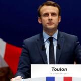 Stemningen var spændt, da Emmanuel Macron lørdag holdt valgmøde i den sydfranske by Toulon, hvor Front National-sympatisører var mødt op for at protestere mod ham. REUTERS/Jean-Paul Pelissier