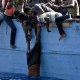 Mange skibe stævner som dette propfulde af migranter ud fra Libyen i håbet om at blive samlet op af enten den italienske kystvagt eller nødhjælpsorganistationer.