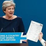 En komiker forklædt som ungkonservativ giver Theresa May et P45-skayttedokument, som i Storbritannien er synonymt med en fyreseddel. Det var blot en af mange ulykker, som ramte hendes årsmødetale.