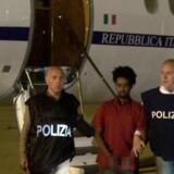 Billederne af den anholdte, der blev ført ud af et italiensk fly i håndjern i 2016, gik verden rundt. Nu mener svensk dokumentar at kunne bevise, at der er hold i rygterne om, at manden er uskyldig.