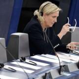 Marine Le Pens Front National er ramt af en ny sag om misbrug af EU-midler til assistenter, der ifølge EUs antisvindelenhed OLAF ikke har arbejdet med EU-relateret stof, men alene med Front Nationals hjemlige politik i Frankrig. Sagen kommer på et uheldigt tidspunkt med kun godt et halvt år til det franske præsidentvalg. Her ses Marine Le Pen under Europa-Parlamentets samling i Strasbourg i sidste uge. / AFP PHOTO / FREDERICK FLORIN