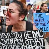 En Bernie Sanders-støtte giver sin mening til kende udenfor konventsalen i Philadelphia.