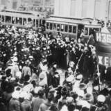 Demonstranter i 1917 i Petrograd (nu Skt. Petersborg). Revolutionen førte til, at Ruslands sidste tsar, Nikolaj 2., trådte tilbage. I oktober samme år tog bolsjevikkerne magten, hvilket indvarslede 70 års sovjetkommunisme.