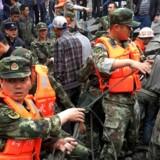 Redningsarbejder forsøger i den lille kinesiske by Xinmo at grave mere end 100 mennesker, der er begravet af jordskredet, ud af deres huse. REUTERS
