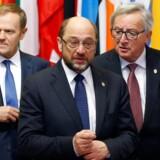 Formanden for Europa-Parlamentet, socialdemokraten Martin Schulz, vender hjem til tysk politik, og det har sat gang i en større magtkamp om, hvem der skal efterfølge ham. I sidste ende kan det også få betydning for den konservative formand for Det Europæiske Råd, Donald Tusk (tv) og formanden for EU-Kommissionen, Jean-Claude Juncker (th). Her ses de alle tre før et topmøde med Ukraines præsident i torsdags. REUTERS/Francois Lenoir