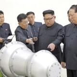 Nordkoreas leder, Kim Jong-un, inspicerer på dette udaterede foto fra Nordkoreas nyhedsbureau, KCNA, en våbenfabrik. Foto:KCNA/Scanpix