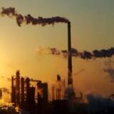 Røg stiger op fra en stor kemifabrik nær Tianjin i Kina.