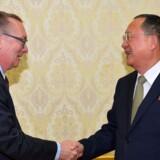 Under et møde i sidste uge med blandt andre Nordkoreas udenrigsminister, Ri Yong-ho (til højre), sagde nordkoreanerne, at det er vigtigt at undgå krig, fortæller FN's chef for politiske anliggender, Jeffrey Feltman (til venstre). Reuters/Kcna/arkiv