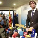 Cataloniens afsatte selvstyreleder, Carles Puigdemont, og fire tidligere ministre er blevet løsladt i Belgien. Løsladelserne sker på betingelse af, at Puigdemont og ministrene ikke forlader landet uden en dommers tilladelse.
