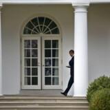 Barack Obama med en tablet i hånden ved Det Hvide Hus.