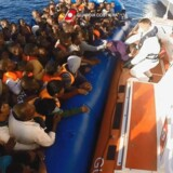Den italienske kystvagt og EUs operation Sophia har reddet tusinder i Middelhavet alene den seneste uge, men flere hundrede frygtes druknet. I alt er flere end 3.500 druknet på den livsfarlige tur fra Libyen over Middelhavet mod Italien i år. Her ses en redningsaktion fra weekenden.