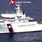 Den Italienske kystvagt, Guardia Costiera, patruljerer både fra havet og i luften ved Middelhavet. Torsdag hev de mere end 1350 migranter i land. AFP