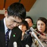Masahiro Imamura omgivet af presse efter at han onsdag trådte tilbage som minister for genopbygning. Dagen forinden havde en uforsigtig kommentar omkring det katastrofale jordskælv, der ramte landet i 2011, skabt vrede blandt japanerne.
