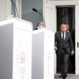 Statsminister Lars Løkke Rasmussen (forrest) og forsvarsminister Peter Christensen præsenterer regeringens udspil til anskaffelse af nye kampfly.
