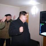 Nordkoreas leder, Kim Jong-un, følger opsendelsen af det nye Hwasong-15-missil den 29. november i år. Fotografiet er udsendt af Nordkoreas officielle nyhedsbureau, KCNA.