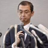 CEO i Takata Corp, Shigehisa Takada, der har fremstillet en serie airbags med dødelige, tekniske fejl, besvarer spørgsmål til en pressekonference. Takata Corps airbags har kostet mindst 16 mennesker livet, idet de risikere at udløse sig uden grund, mens bilen kører. De enorme erstatningskrav har tvunget firmaet i knæ, og nu opgiver Takata at fortsætte som selvejet foretagende.